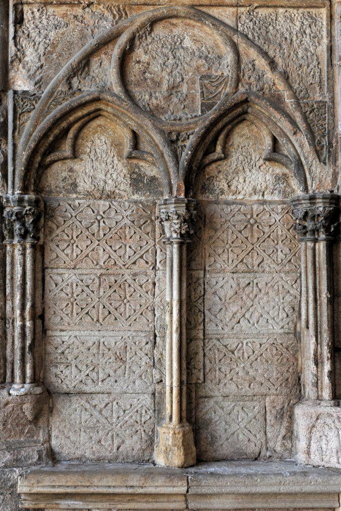 Semur-en-Auxois - Collégiale Notre-Dame (XIIIe-XIVe siècle) - Narthex : arcatures trilobées aux ébrasements