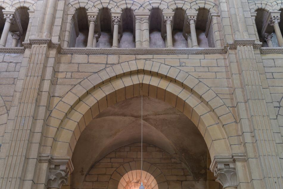 Semur-en-Brionnais - Ancienne collégiale Saint-Hilaire (XIIe siècle) : Arcades et faux-triforium de la nef