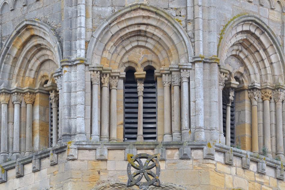 Semur-en-Brionnais - Ancienne collégiale Saint-Hilaire (XIIe siècle) - Le clocher octogonal : détail des baies