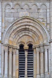 Semur-en-Brionnais - Ancienne collégiale Saint-Hilaire (XIIe siècle) - Le clocher octogonal : détail d'une baie à colonnettes et chapiteaux