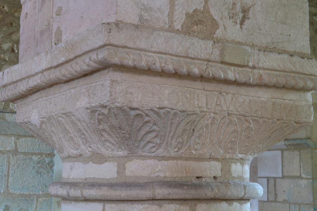 Sens - Basilique Saint-Savinien (XIe et XIIIe s.) : inscription de Petronilla, épouse de Balduinus : chapiteau sculpté (fin XIe s.)