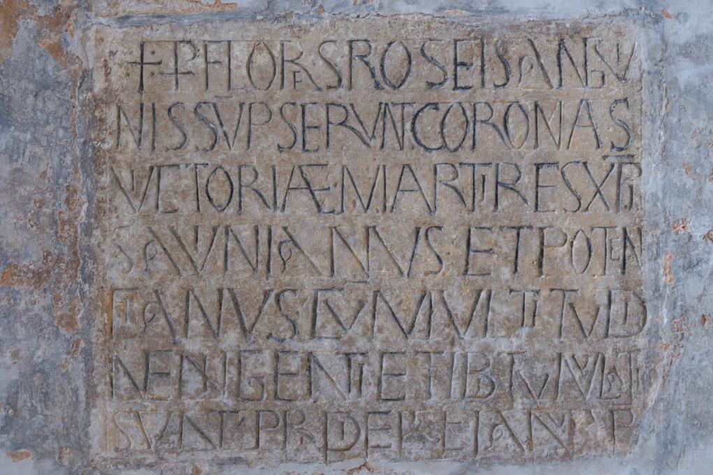 Sens - Basilique Saint-Savinien (XIe et XIIIe s.) - Crypte : inscription d'époque romane