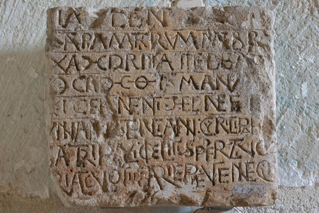 Sens - Basilique Saint-Savinien (XIe et XIIIe s.) : inscription romane comprenant des caractères latins et grecs