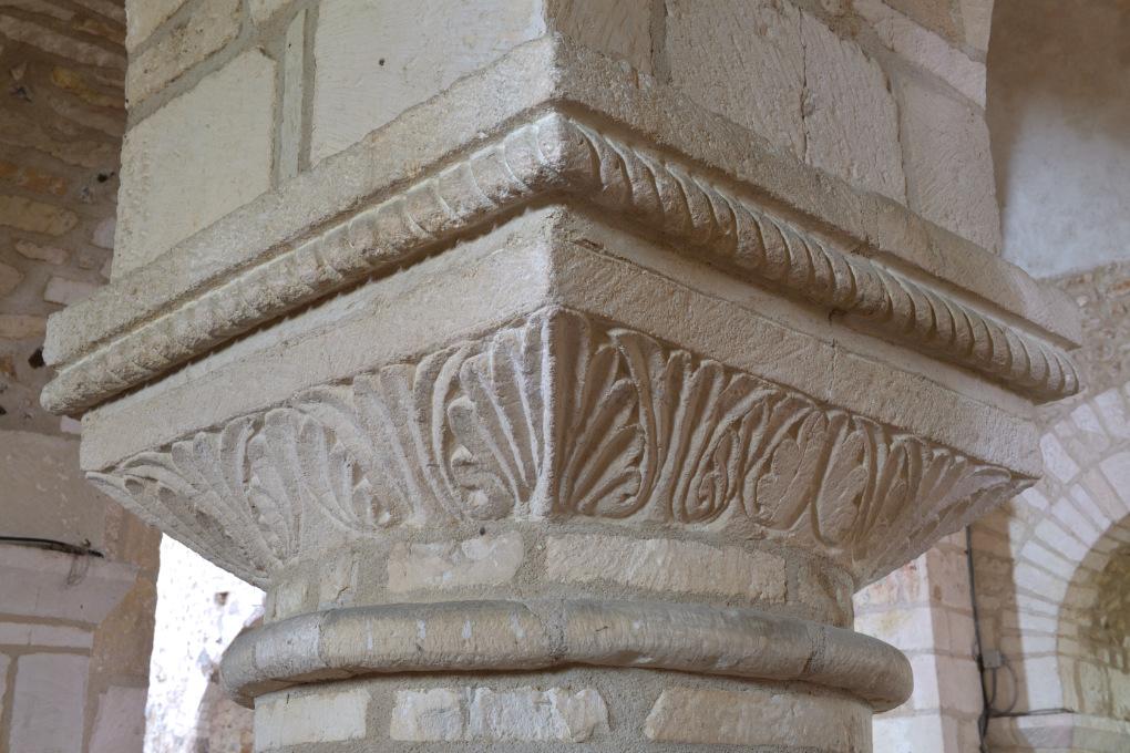 Sens - Basilique Saint-Savinien (XIe et début XIIIe s.) - tailloir sculpté de motifs végétaux (fin XIe s.)