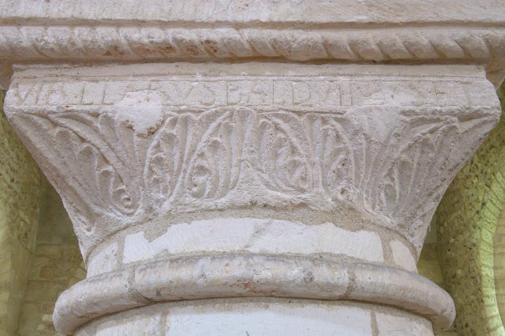 Sens - Basilique Saint-Savinien (XIe et début XIIIe s.) : inscription de Balduinus sur un tailloir sculpté d'un décor végétal (fin XIe s.)