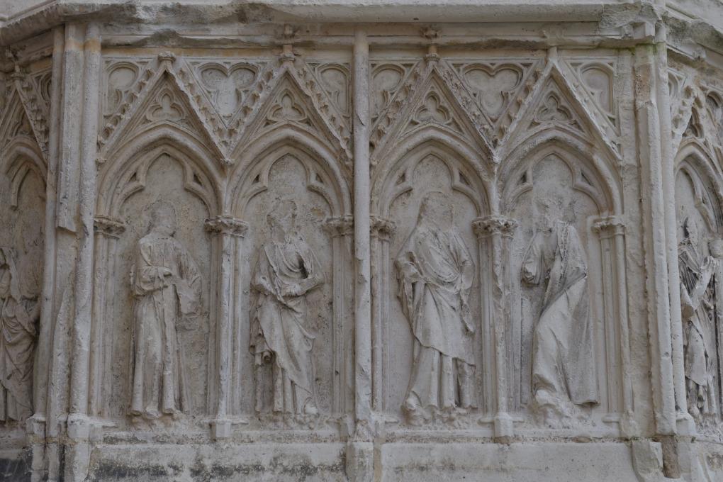 Sens - Cathédrale Saint-Etienne (XIIe-XVIe siècle) : soubassements de la façade