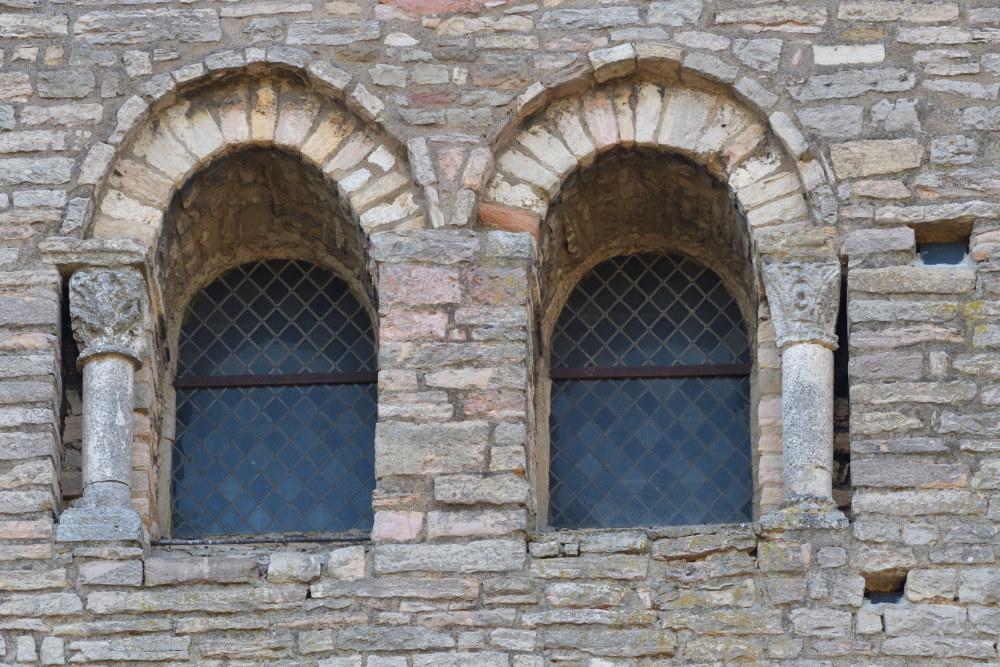 Tournus Abbatiale : baies romane (XIe s.) de la façade
