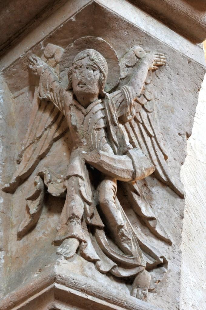 Vézelay - Abbatiale - Chapiteau du portail sud de la nef : l'Ange à l'Olifant (v. 1130)