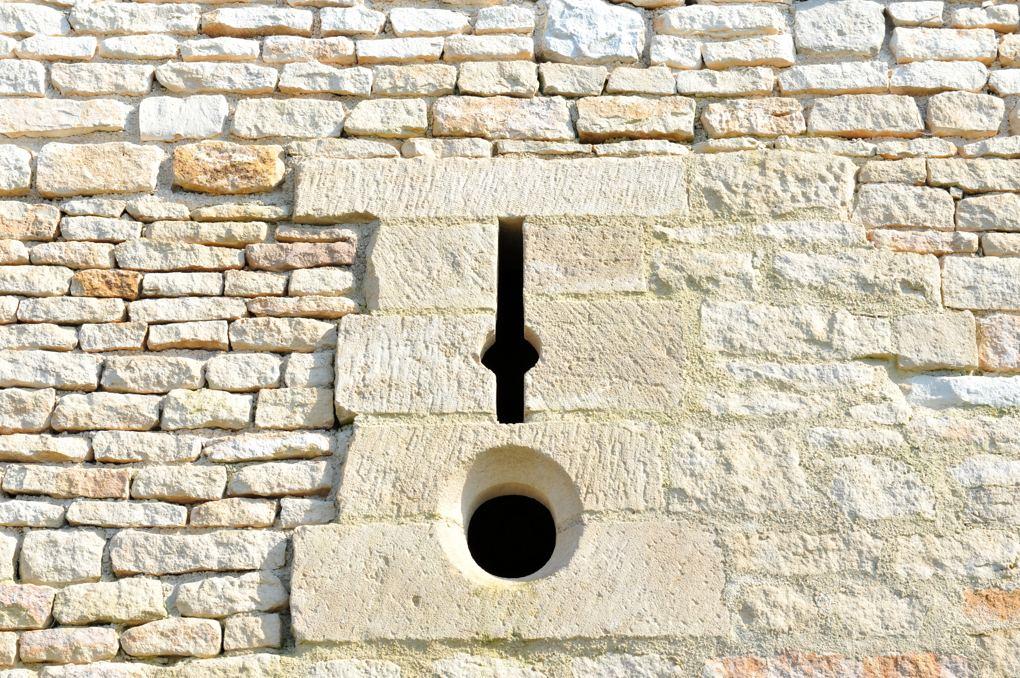 Vézelay - Rempart du XIIVe siècle : archère-canonnière