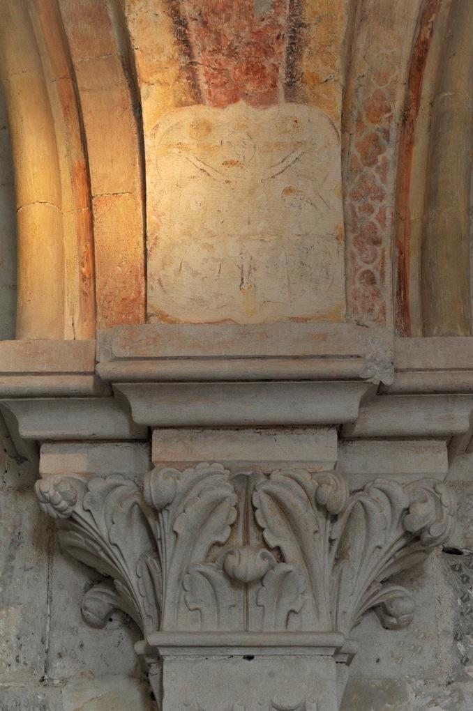 Vézelay - Abbaye - Ancien dortoir ou scriptorium : chapiteau et traces de décor peint