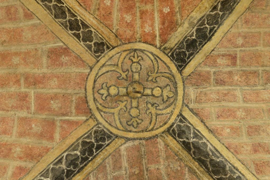 Vézelay - Abbatiale Sainte-Madeleine (XIIe s.) : la crypte (v. 1165), décor peint d'une clé de voûte (XIIIe s.)