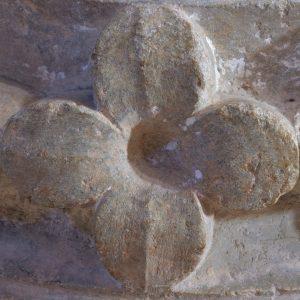 Vézelay - Abbatiale Sainte-Madeleine (XIIe s.) : base de colonne, détail