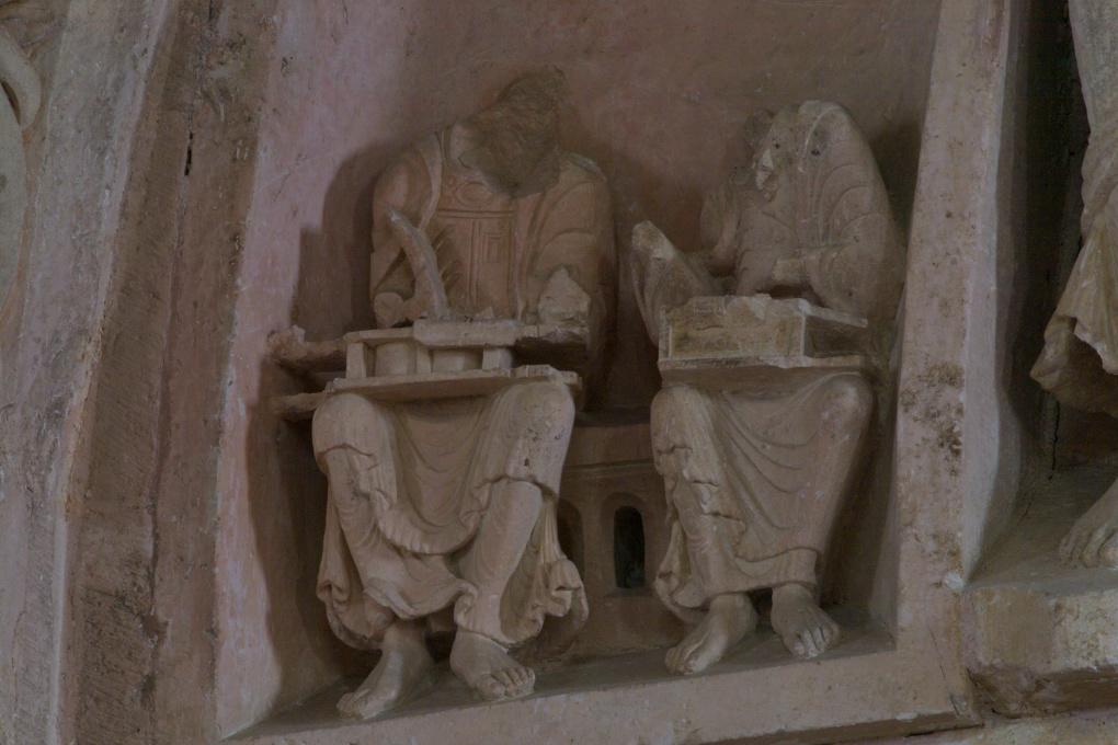 Vézelay - Abbatiale - Tympan central - caisson : un auteur et son scribe (v. 1130)