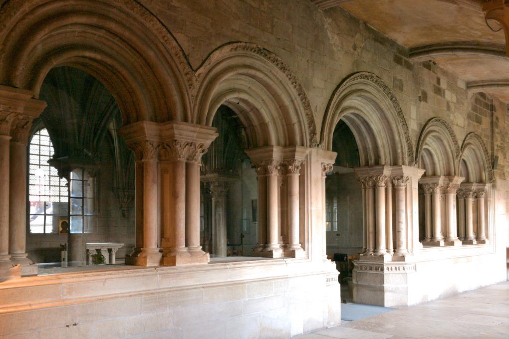 Vézelay - Ancienne abbaye - salle capitulaire (v. 1160- v. 1175) : arcatures de l'entrée (v. 1175)