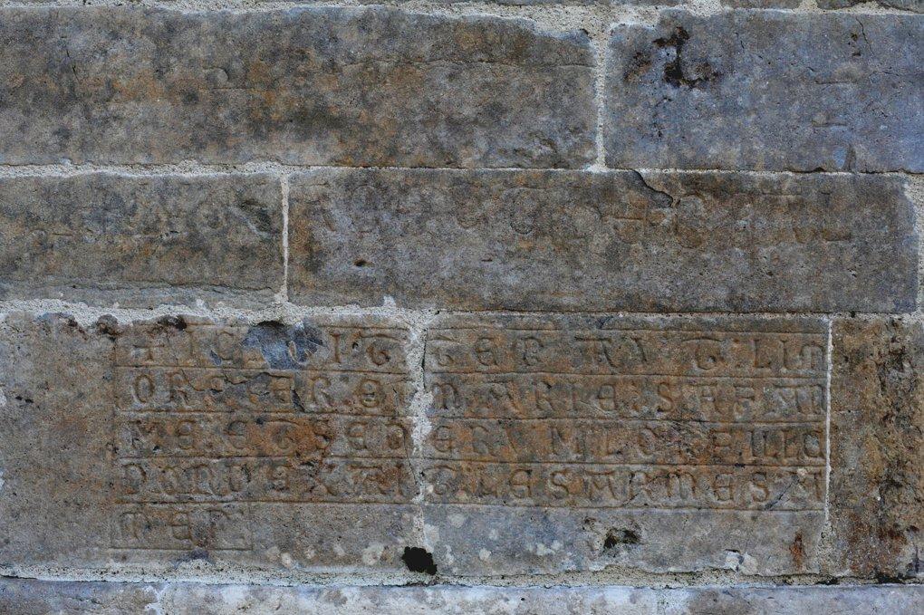 Vézelay - Abbatiale - Inscription de la fin du XIIe siècle : Hic Jacet Thebal(dus), qui surmonte une épitaphe du XIVe siècle