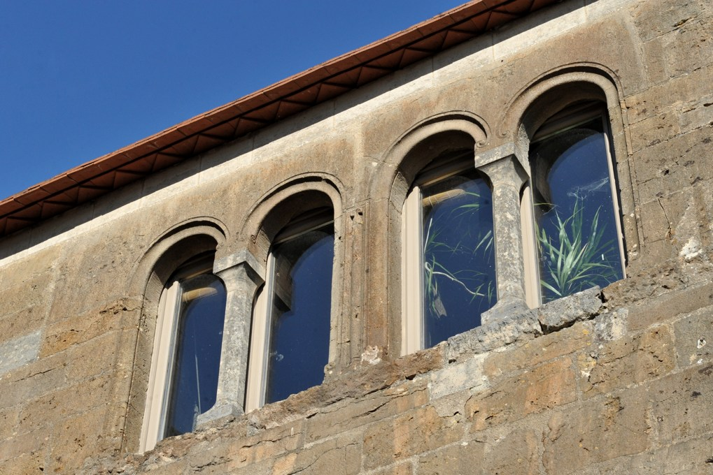 Vézelay - Baies en plein cintre d'une maison romane (fin du XIIe siècle), rue de l'Hôpital