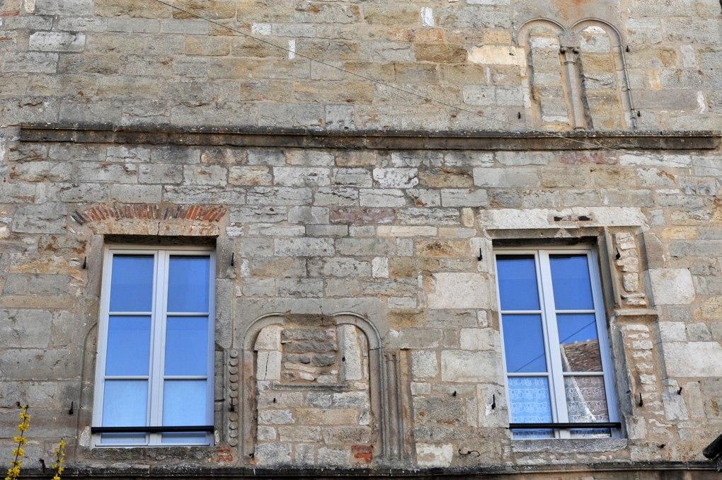 Vézelay - Centre Sainte-Madeleine : baies de différentes époques (romane du XIIe siècle, gothique du XVe et moderne du XVIIe siècle)