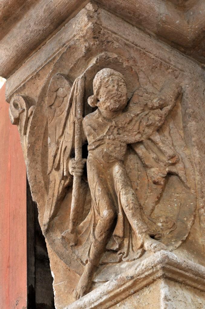 Vézelay - Abbatiale - Chapiteau du portail sud de la nef : un ange armé monte la garde (v. 1130)