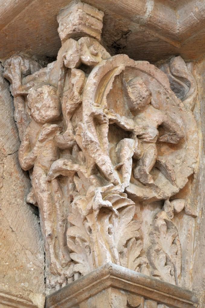 Vézelay - Abbatiale - Chapiteau du portail sud de la nef : un faune vise un démon (v. 1130)