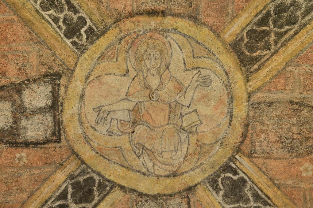 Vézelay - Abbatiale Sainte-Madeleine (XIIe s.) : la crypte (v. 1165), décor peint d'une clé de voûte (XIIIe s.), Christ bénissant