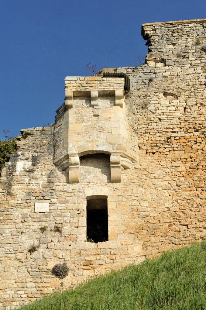 """Vézelay - Remparts : le """"Guichet"""", porte d'entrée (tarifée) de la ville au XIVe siècle"""