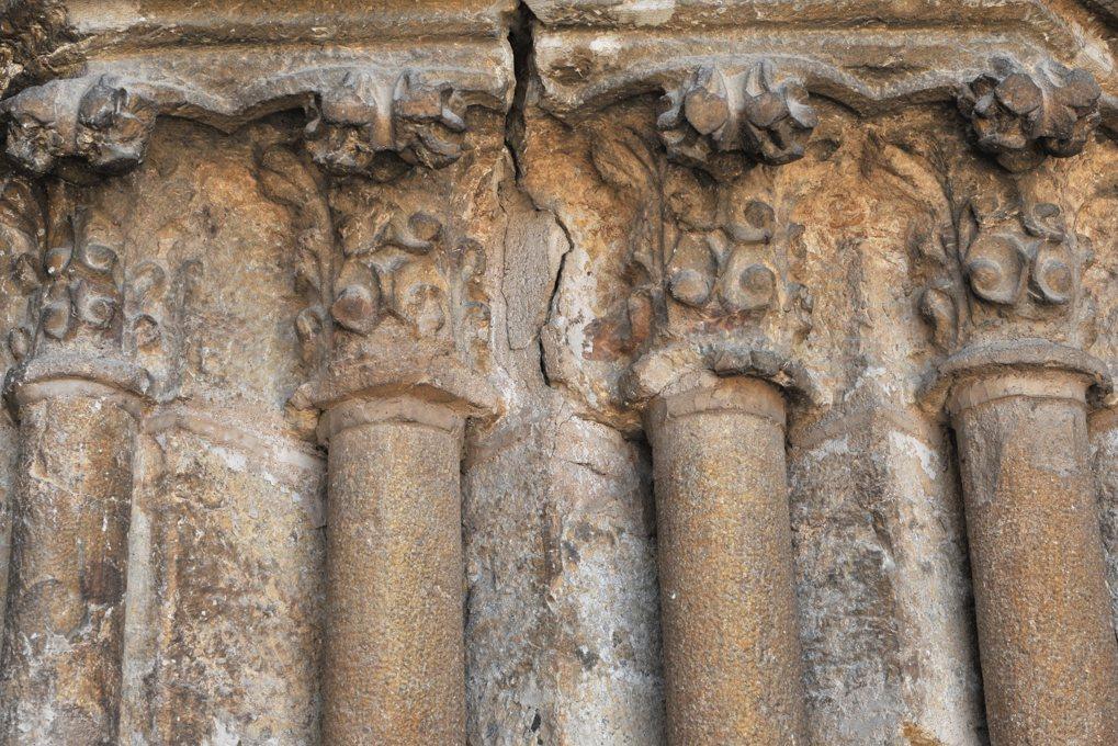 Vitteaux - Eglise Saint-Germain (XIIe-XVIe siècle) - piédroit gauche du portail occidental (XIVe siècle) : détail des chapiteaux