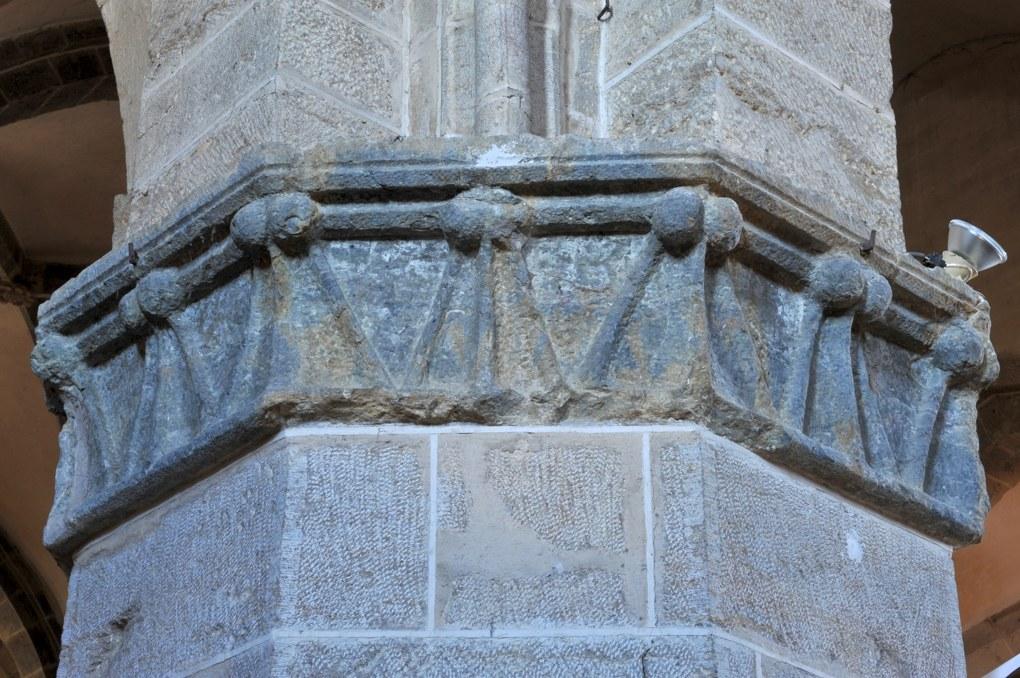 Vitteaux - Eglise Saint-Germain (XIIe-XVIe siècle) : chapiteaux à crochets (XIIIe siècle)