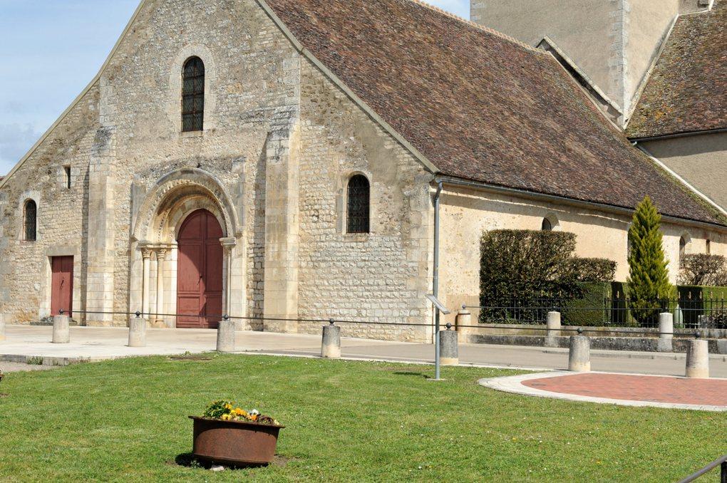 Ligny-le-Châtel - Eglise Saint-Pierre-Saint-Paul (XIIe et XVIe siècle) : la nef romane