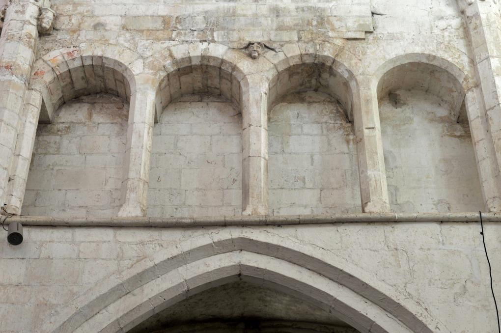 Mailly-le-Château - Eglise Saint-Adrien (XIIIe-XIVe siècle) : galerie du triforium