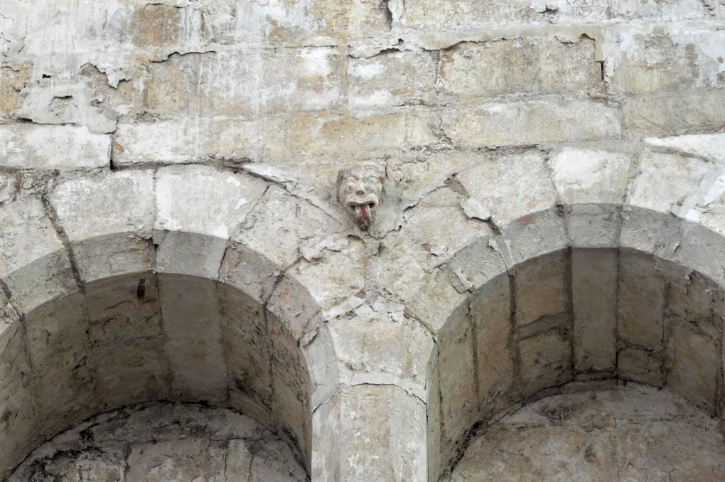 Mailly-le-Château - Eglise Saint-Adrien (XIIIe-XIVe siècle) : triforium et protomé