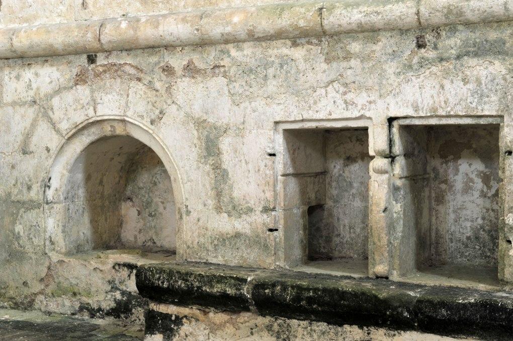 Mailly-le-Château - Chapelle Saint-Siméon (2e moitié du XIIe siècle) : lavabo (XIIe siècle)