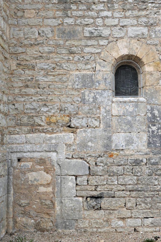 Mailly-le-Château - Chapelle Saint-Siméon (2e moitié du XIIe siècle) : porte et baie murés