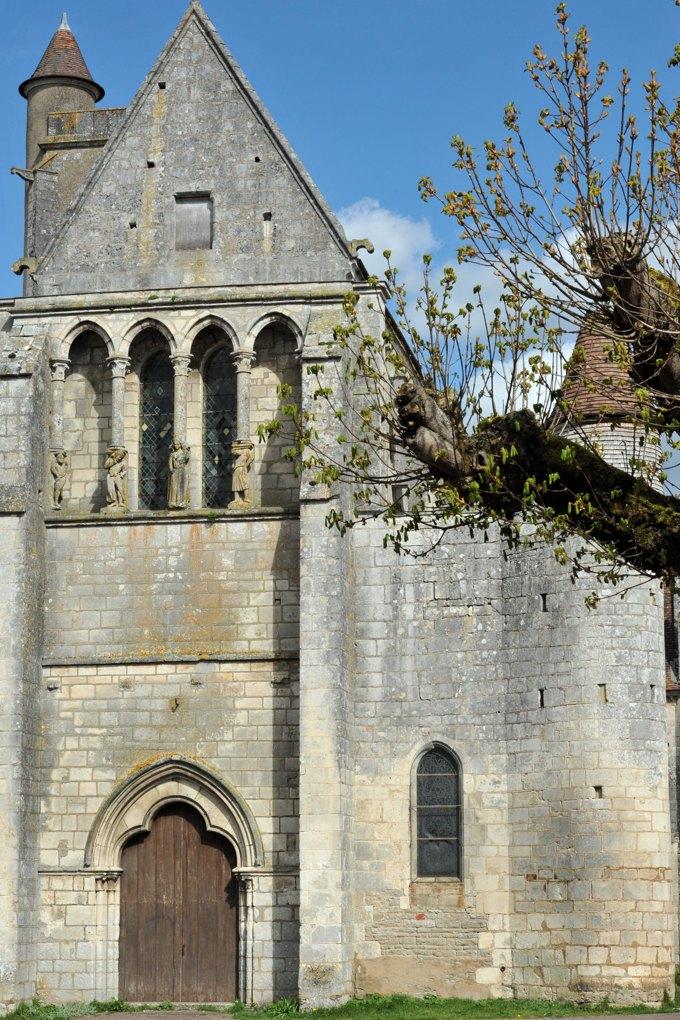 Mailly-le-Château - Eglise Saint-Adrien (XIIIe-XIVe siècle) : pignon central et tourelle d'accès au déambulatoire