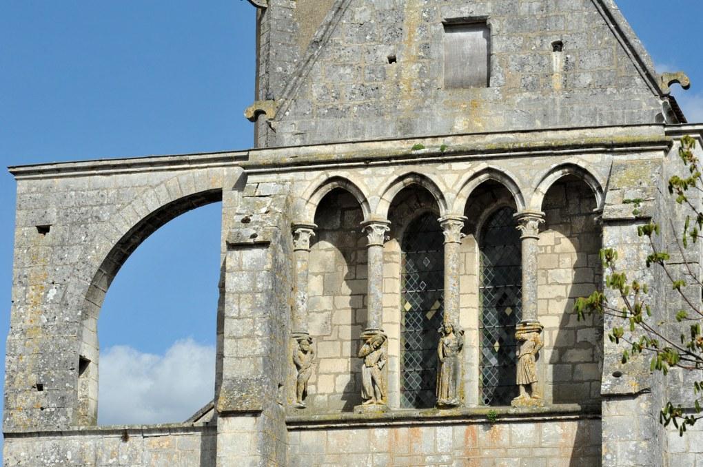 Mailly-le-Château - Eglise Saint-Adrien (XIIIe-XIVe siècle) : galerie de façade et arc-boutant