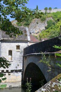 Mailly-le-Château depuis le pont (XVe s.) et la chapelle Saint-Nicolas (XVe s.)