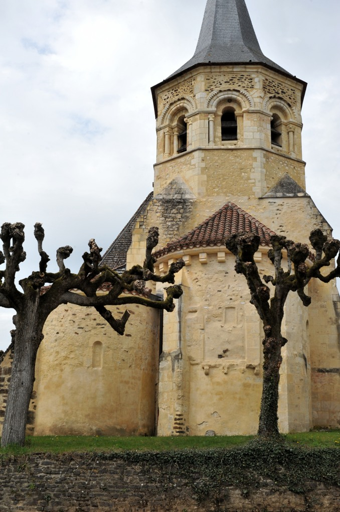 Parly - Eglise Saint-Sébastien (XIIe siècle) : chevet et clocher romans