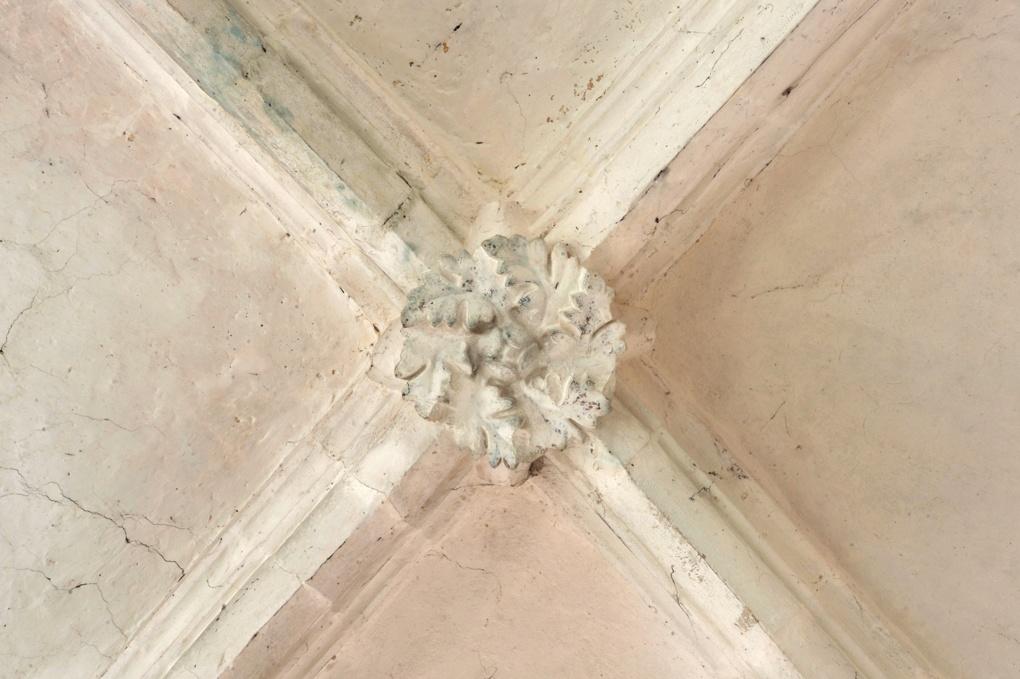 Sacy - Eglise Saint-Jean-Baptiste (XIIe-XIIIe siècle) : clé de voûte du choeur (2e quart du XIIIe siècle)
