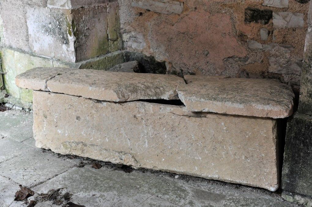 Sainte-Vertu - Eglise Saint-Pierre (fin XIIe siècle) : sarcophage mérovingien déposé sous le porche