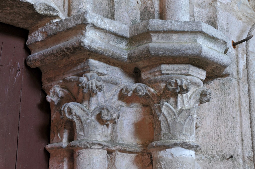 Sainte-Vertu - Eglise Saint-Pierre (fin XIIe siècle) - Portail : chapiteaux à décor végétal
