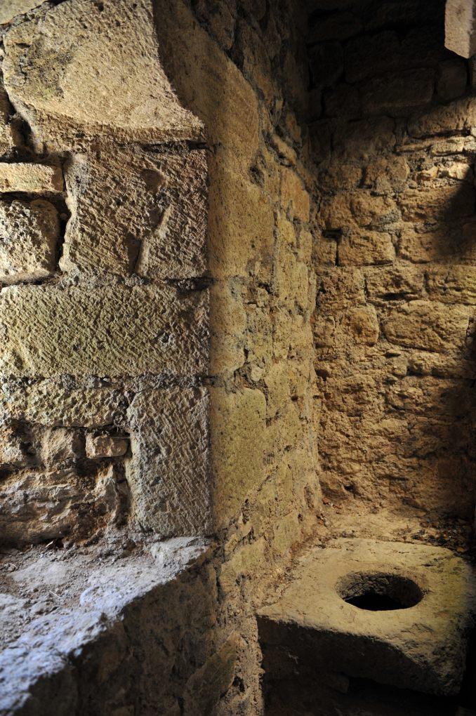 Vic-sous-Thil - Château de Thil : latrine (fin du XIVe siècle)