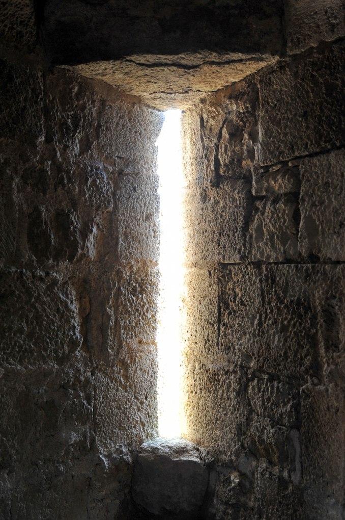 Vic-sous-Thil - Château de Thil : meurtrière (XIVe siècle)
