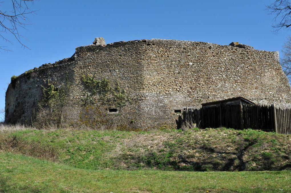 Vic-sous-Thil - Château de Thil : rempart équipé de canonnières (fin XVe-début XVIe siècle)