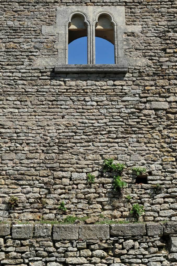 Vic-sous-Thil - Château de Thil : pan de mur du rempart (reconstruit)