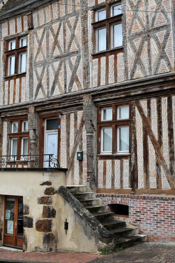 Toucy - Maison en briques et pans de bois (XVIe siècle)