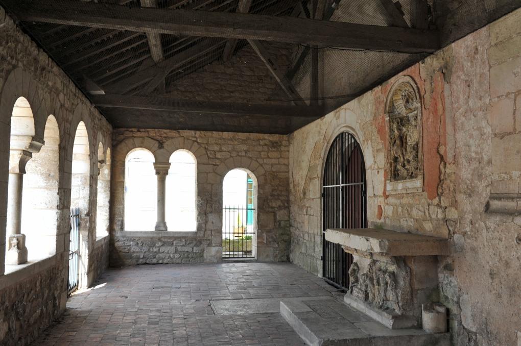 Vaux - Eglise Saint-Loup (XIIe-XIIIe et XVIe siècle) : le porche ajouré (v. 1200)