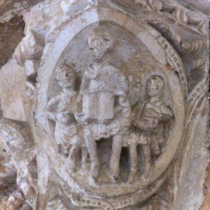 Vézelay - Abbatiale Sainte-Madeleine (XIIe s.) - chapiteau roman : le maître et les disciples (v. 1120-1130)