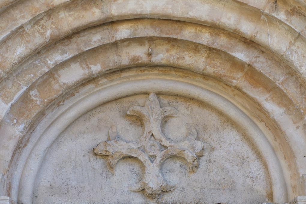 Chaudenay - Eglise Saint-Véran (XIIe-XVe s.) - portail (début XIIIe s.) : tympan à la croix fleurdelisée (début XIIIe s.)