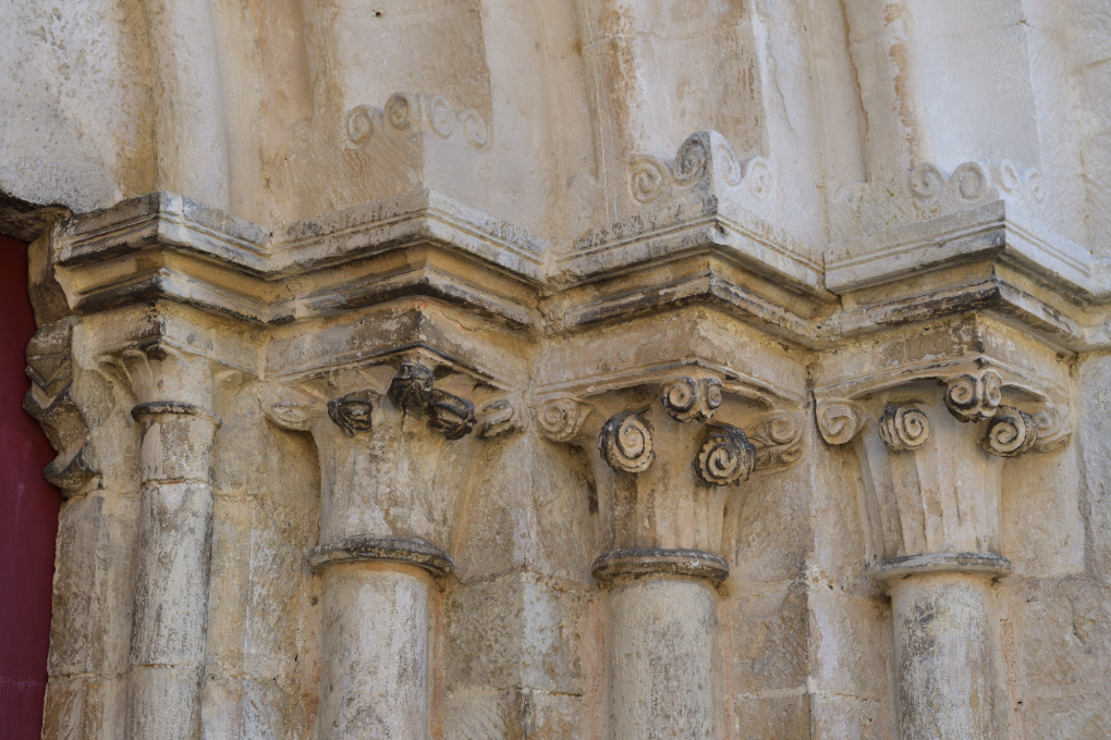 Chaudenay - Eglise Saint-Véran (XIIe-XVe s.) - portail (début XIIIe s.) : chapiteaux des piédroits