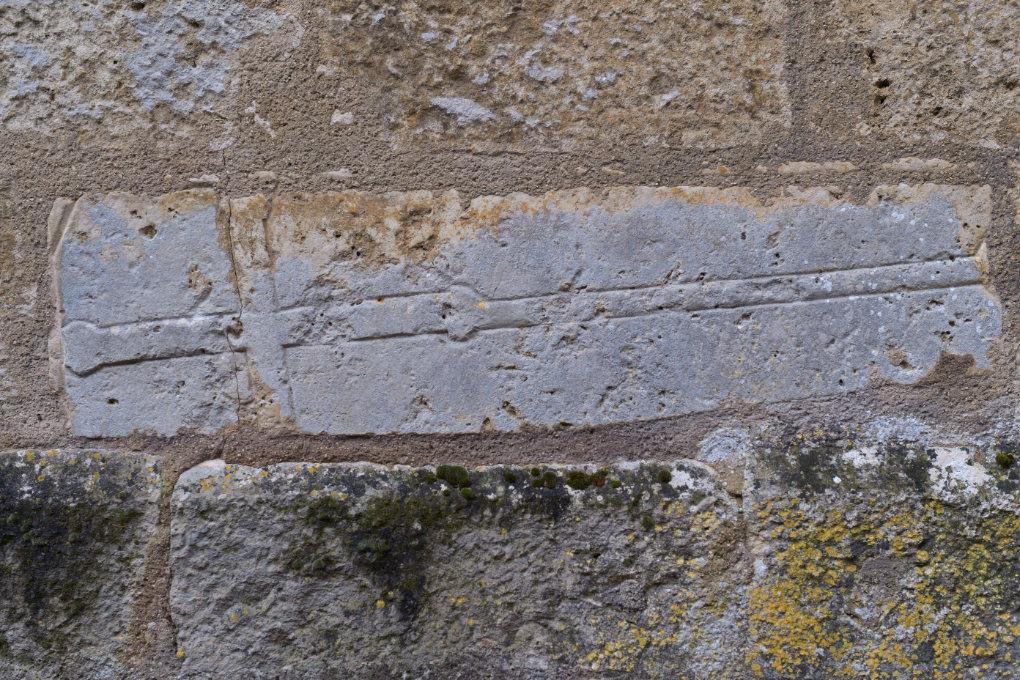 Cry : plaque tombale (?) médiévale remployée dans le mur nord de l'église