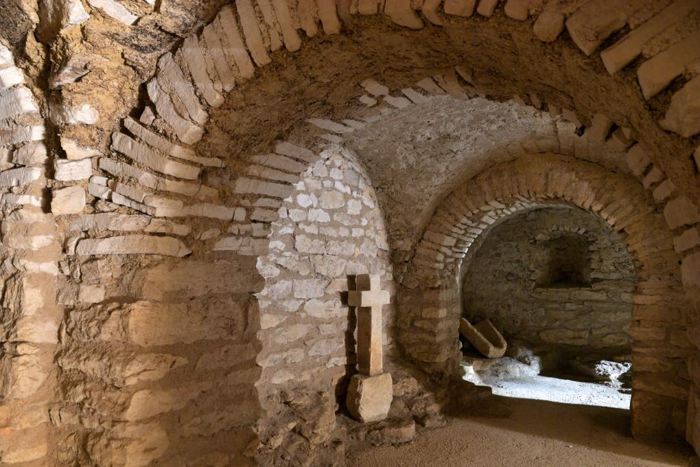 Cry - Eglise Saint-Julien - la crypte (début du XIe s.) : travée ouest couverte de voûtes d'arêtes